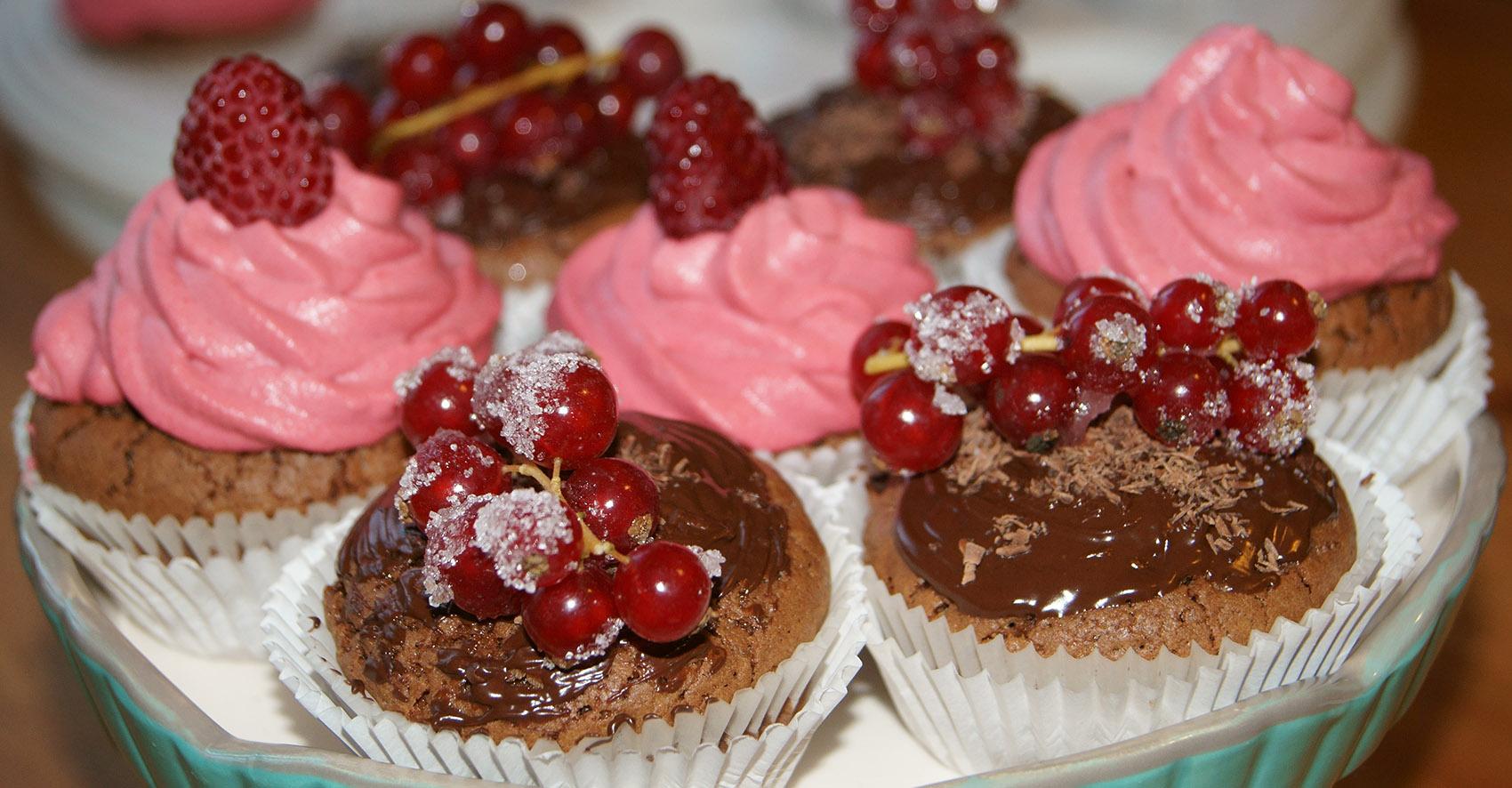 Cupcakes mit Topping/Schokosoße